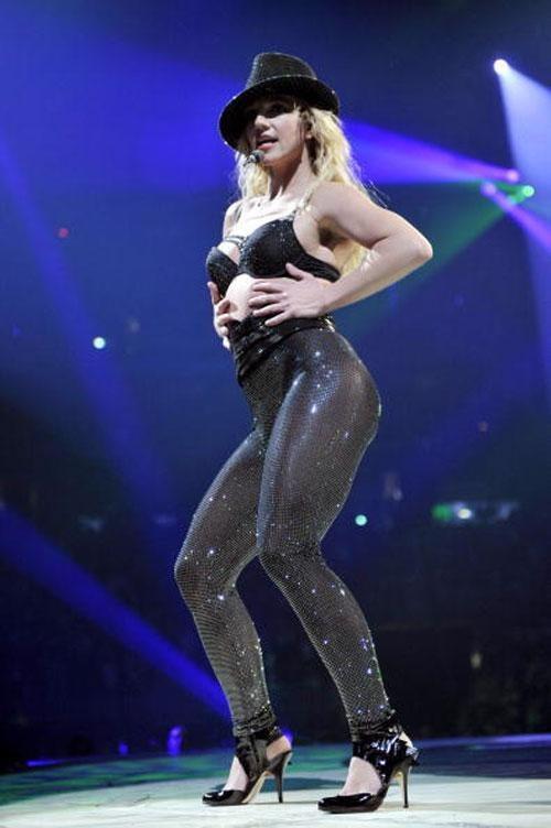 Но в последний год личная жизнь и карьера Спирс начали налаживаться. Ее диск «Цирк», выпущенный в декабре, разошелся тиражом в 1,3 млн. экземпляров.